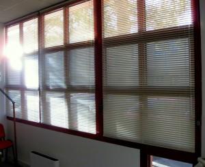 Stores vénitiens de couleur blanche pour fenêtre de bureau ou habitation à Toulon (83)
