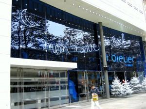 Pose de film de décoration publicitaires pour vitrages de vitrine de magasin